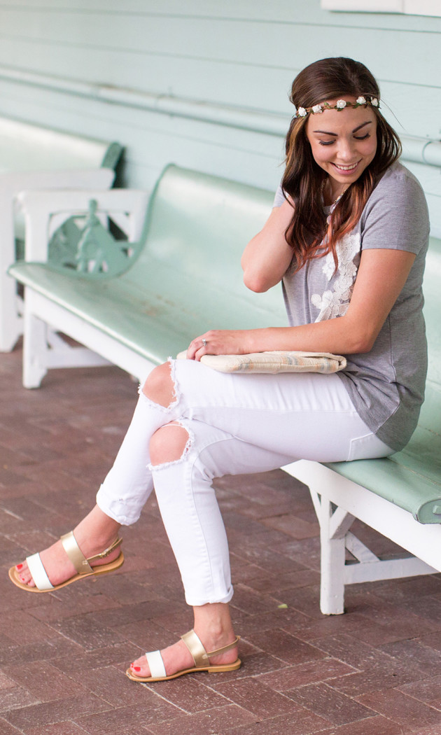 Modest fashion blogger and her distressed white jeans tutorial!